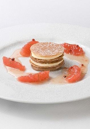 Bruine en witte chocolademousse met rode grapefruit en roze pepertjes